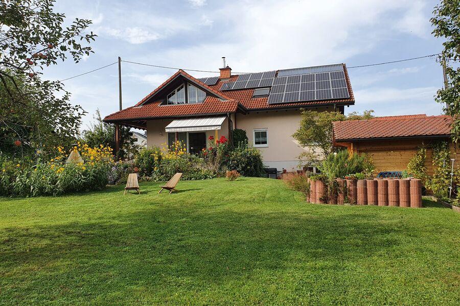Gartenseite mit Saunahaus