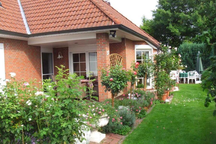 Garten mit Gästeterrasse