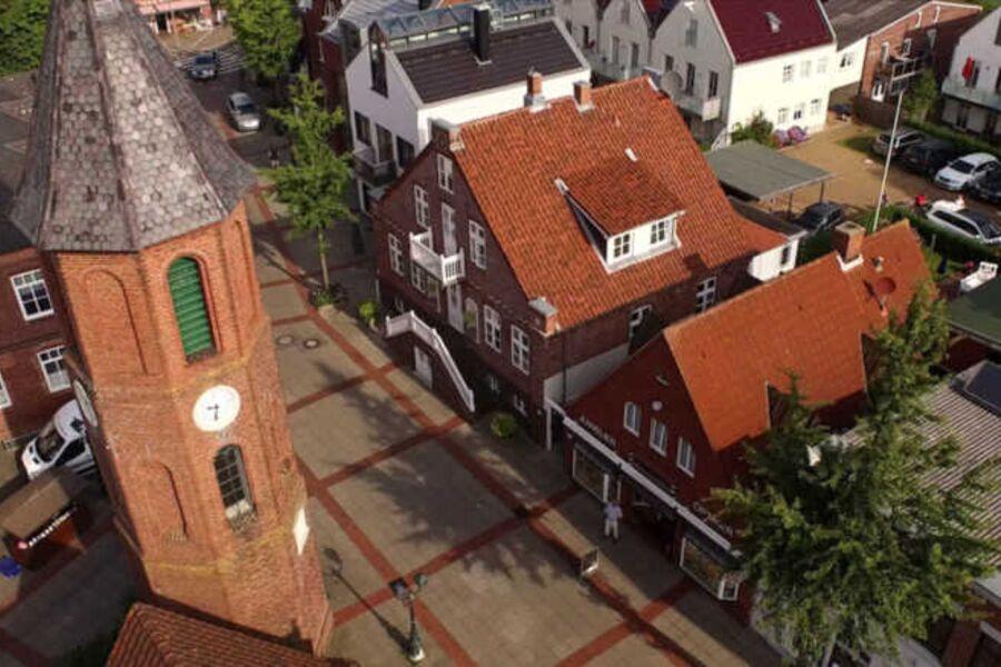 Die Stadtvilla liegt direkt im Wyker Stadtzentrum