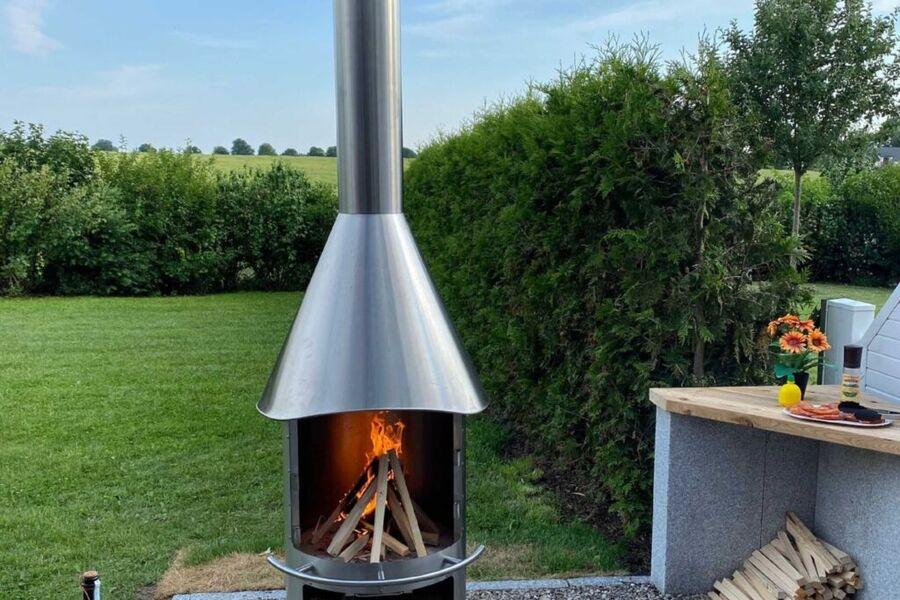 Holzkohlegrill mit Feuerstelle