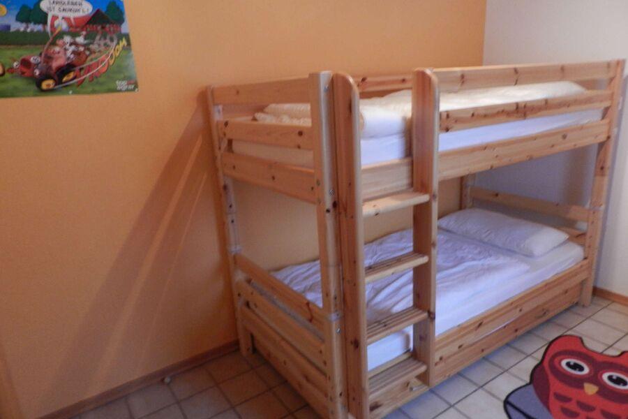 Schlafzimmer mit Kinderbeistellbett