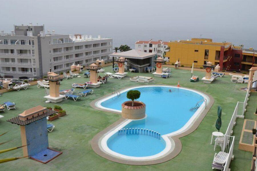 Blick von der Terrasse auf Pool und Atla