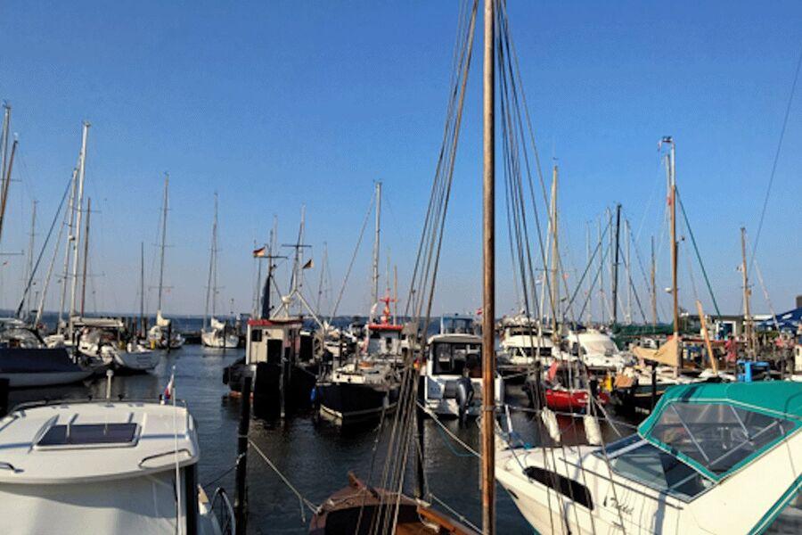 Blick a.d. Whg. über Hafen u. Ostsee