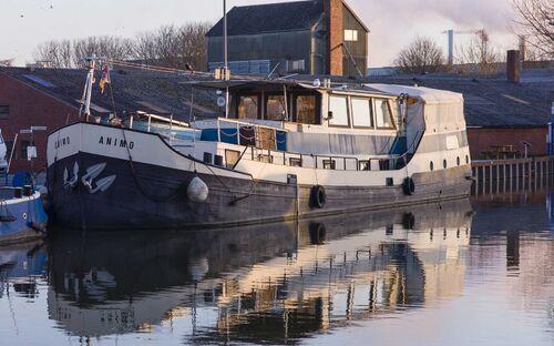 Historisches Schiff im romantischen Hafen