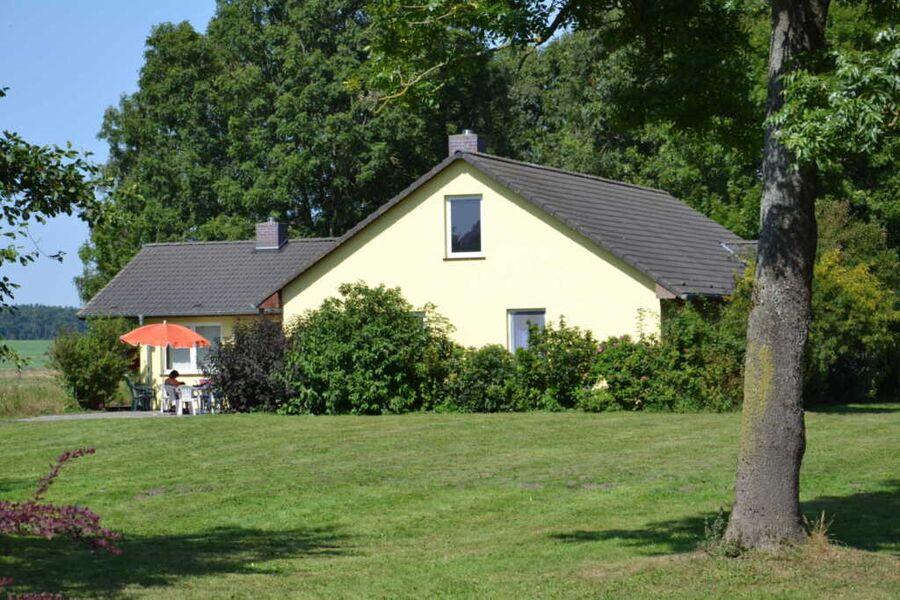 Gelbes Haus mit der Ferienwohnung Schöne Aussicht