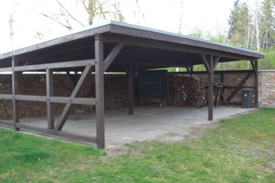 Carport mit Brennholz für den Kamin