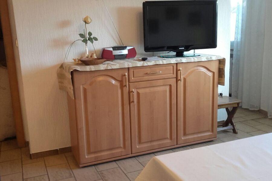 Wohnzimmer mit TV, Telefon und Radio