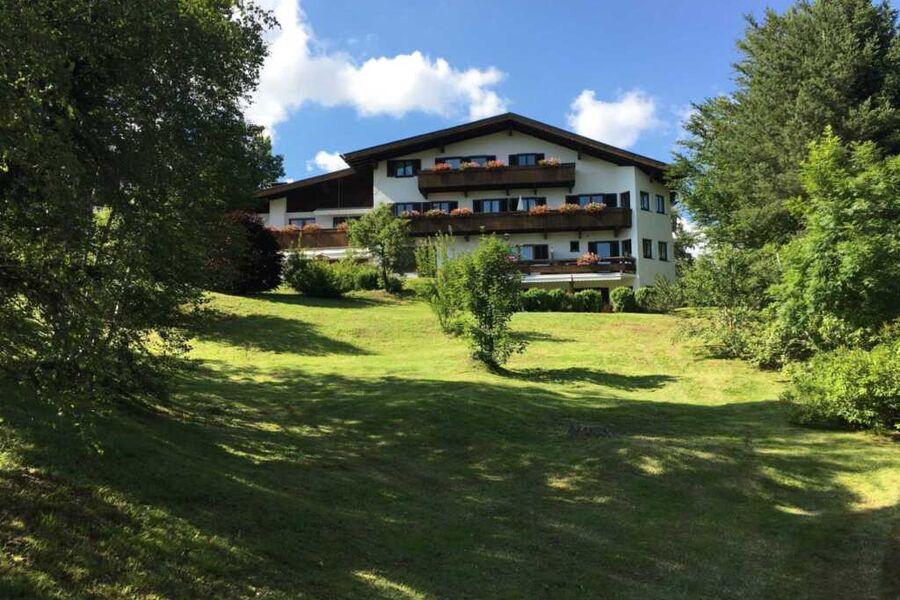 Südansicht mit 2.500 m² Garten