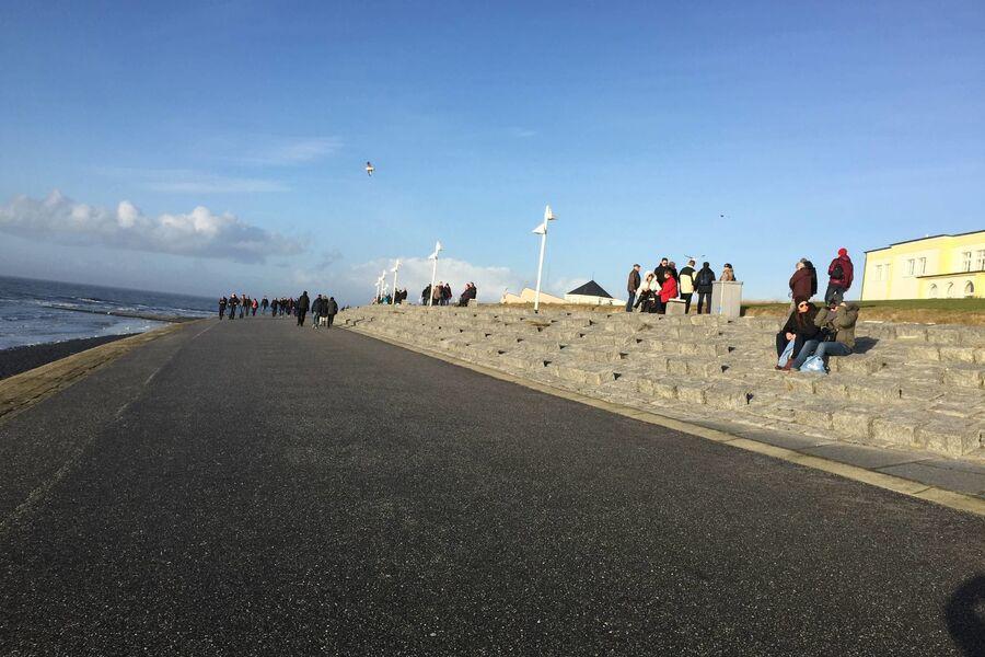 die Nähe zur Promenade und zum Strand,