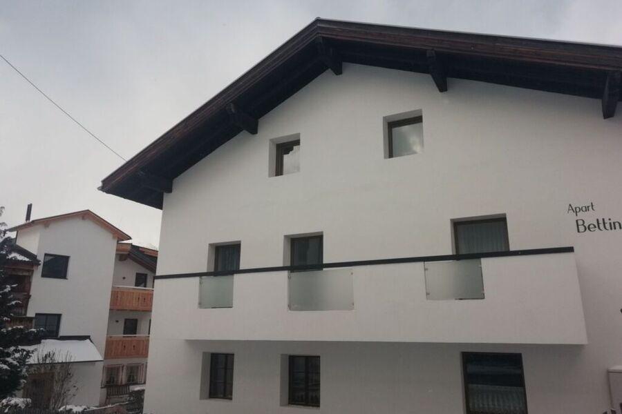 Große Liegewiese unterhalb vom Gästehaus mit Grill