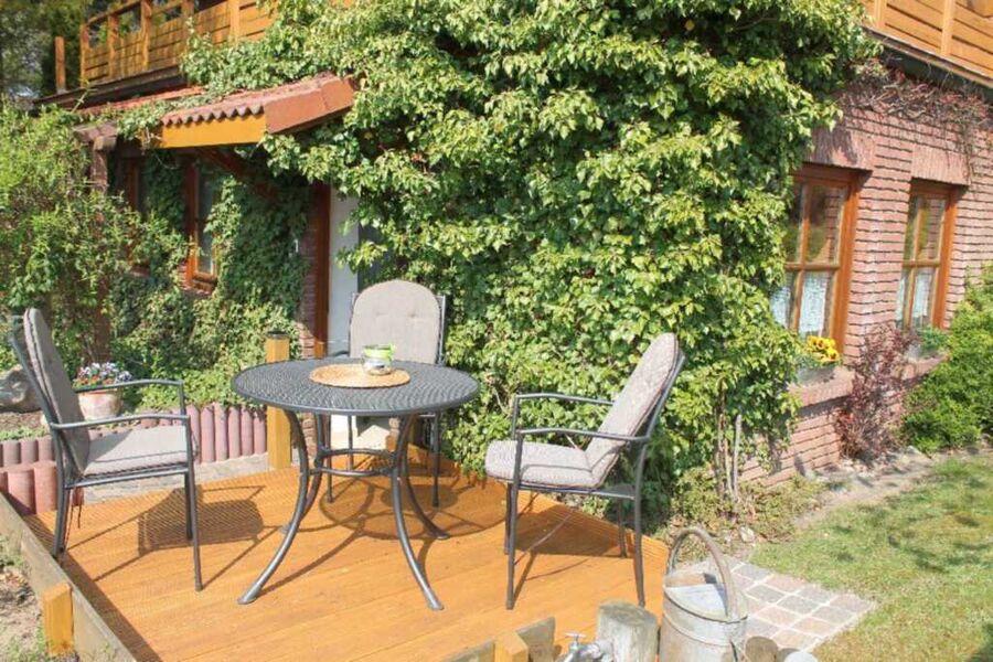 Sonnige Terrasse und Außenansicht der Ferienwohnun