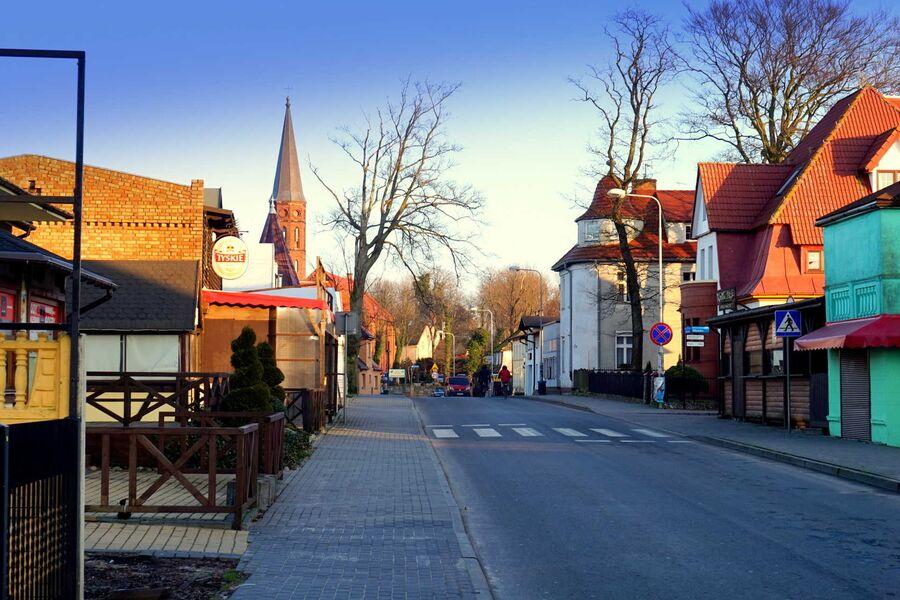 Dorf von Sarbinowo, Hauptstraße mit Bars