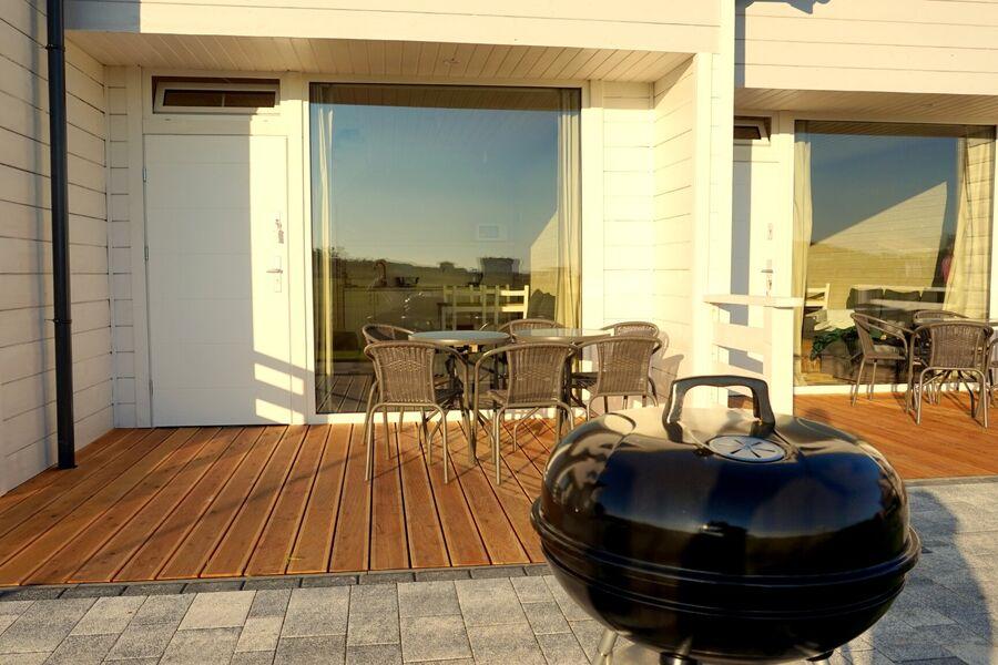 Eine private Terrasse mit Möbeln