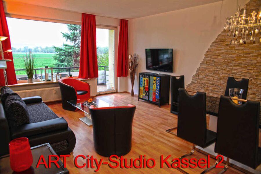 Der moderne und helle Wohnbereich mit Blick auf de