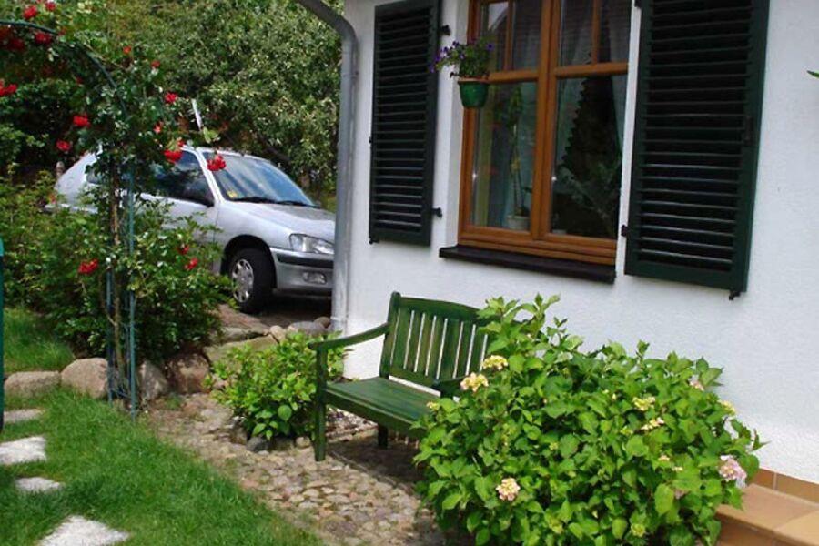 Außenansicht mit Sitzecke und Stellplatz