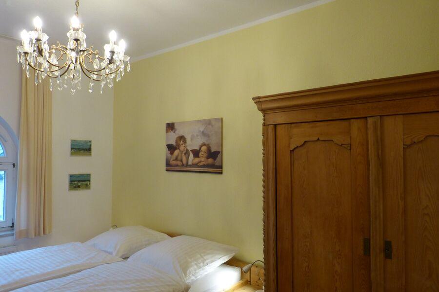 Antike Kommode im Schlafzimmer
