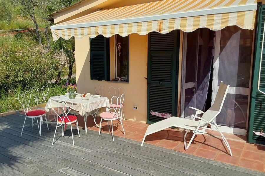 Haus von Südosten mit Boulebahn