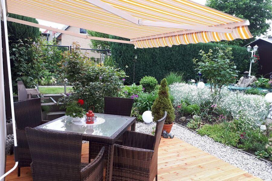 Sonnenterrasse mit Blick in den Garten
