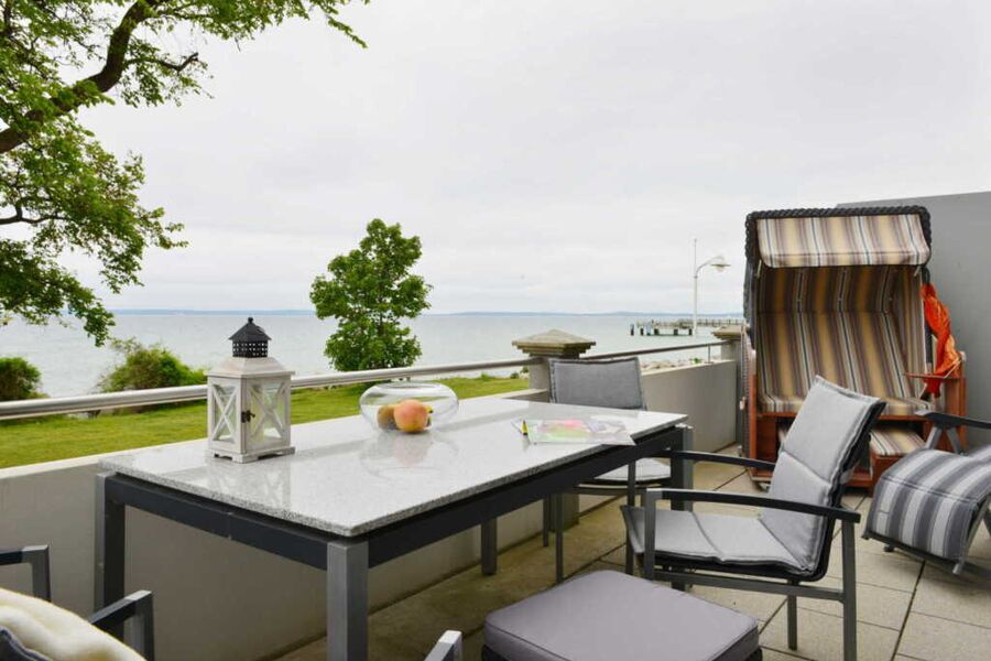 Terrasse mit Strandkorb und Gartenmöbeln
