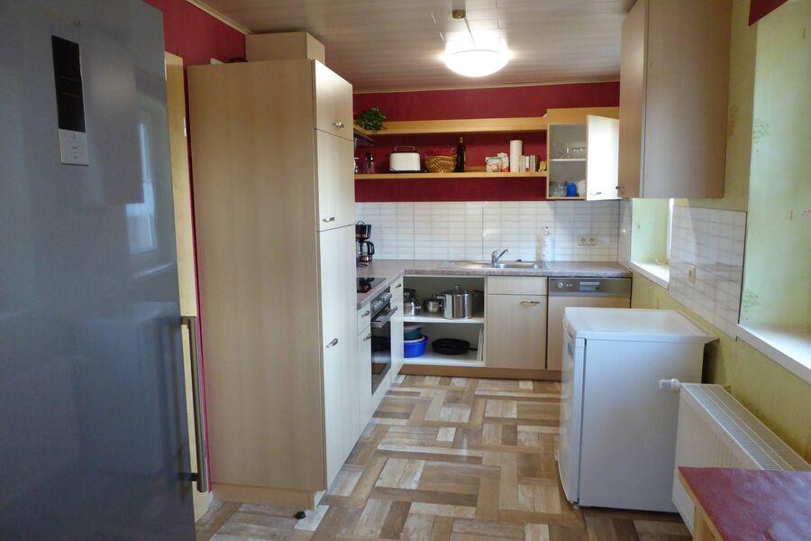 Küche mit Kühlschrank u. Gefrierschrank
