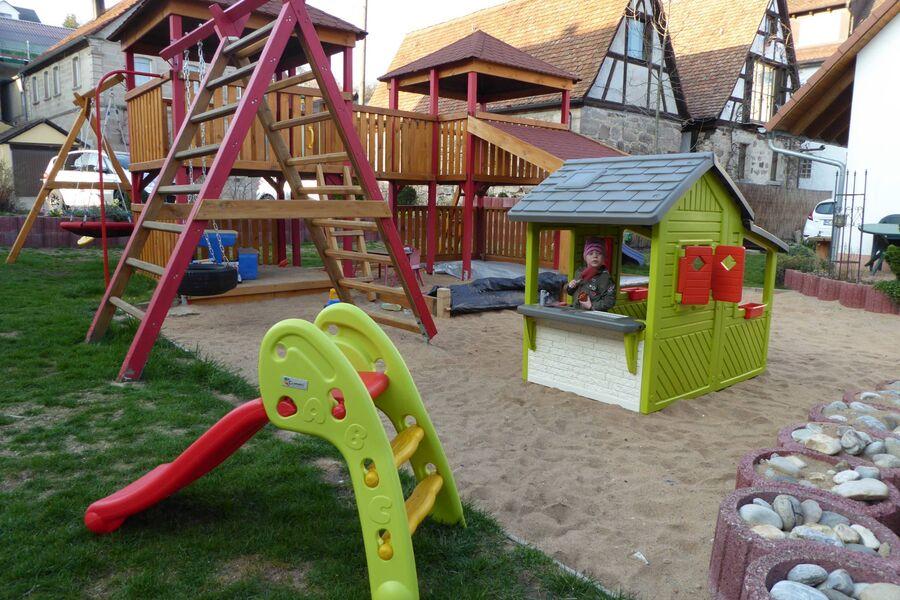 Spielhaus und Kleinkindrutsche