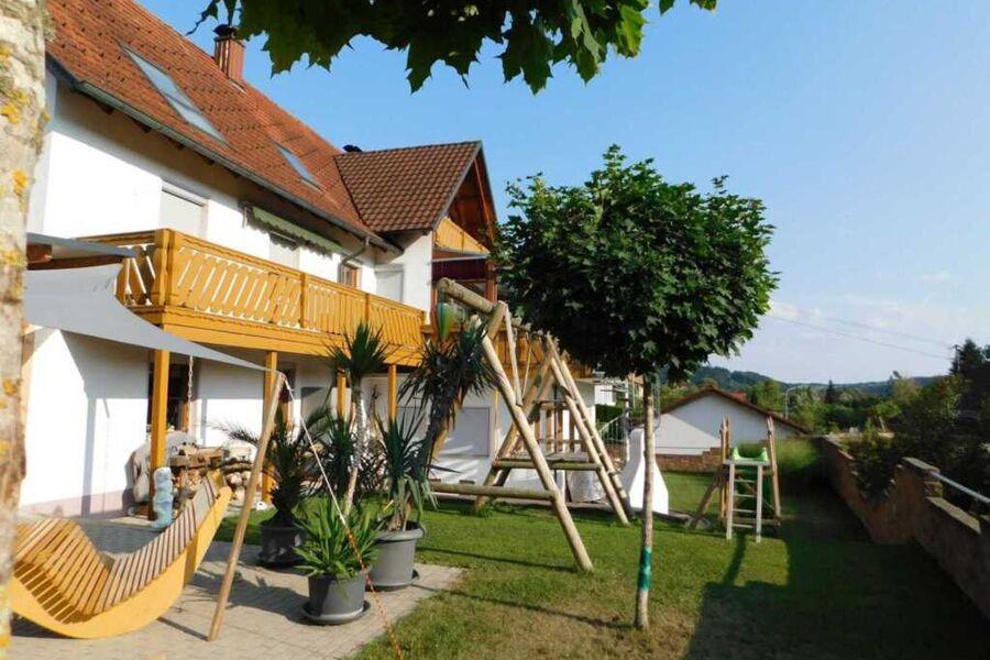 Rückseite des Hauses mit Blick auf den Dachbalkon