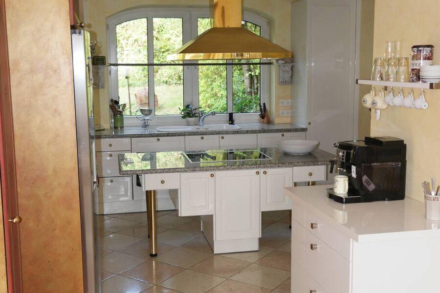 Küche mit Aussicht auf Terrasse