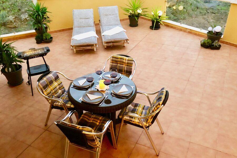 Mit Gartenmöbeln und Grillmöglichkeit