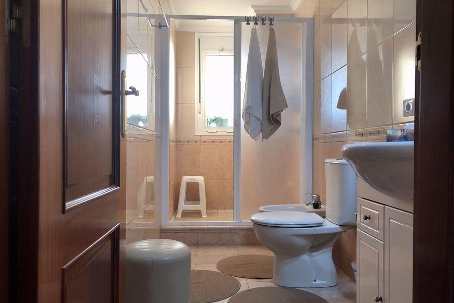 Badezimmer 1 mit großer Dusche und Bidet
