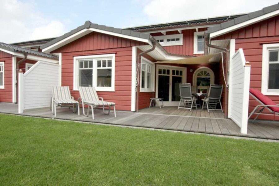 Holzterrasse mit Sonnensegel, Gartenmöbeln und 2 L