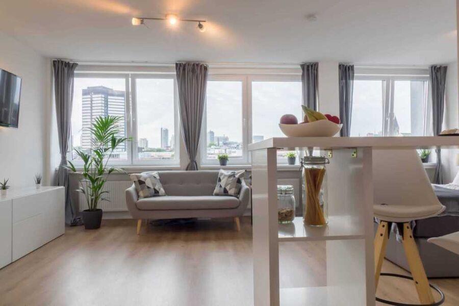 Business Apartment mit Blick auf die Skyline von E