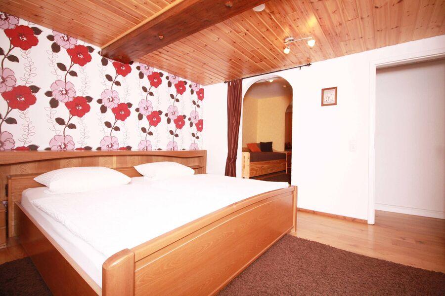 Schlafzimmer mit Zusatz Bett