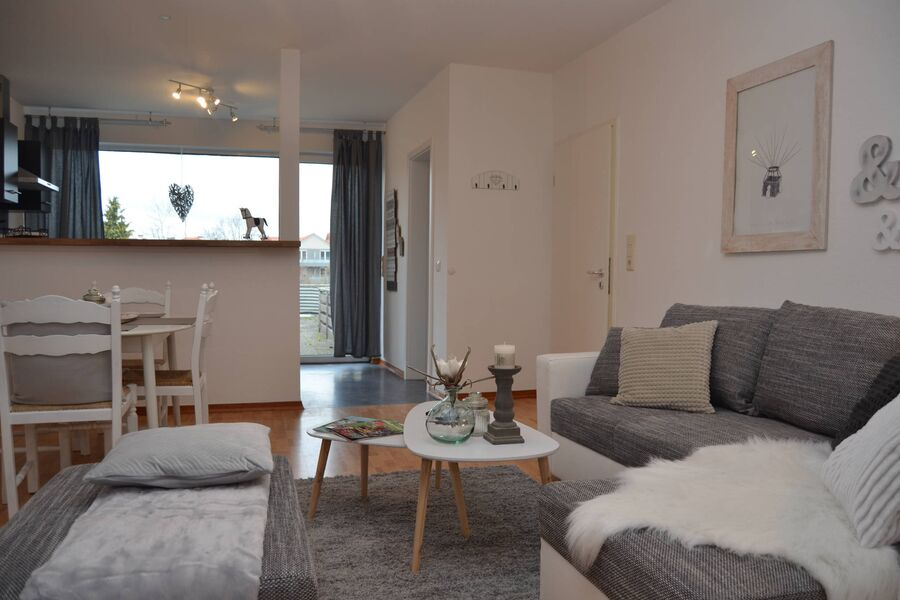 Wohnzimmer mit offener Küche
