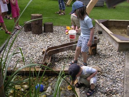 Wasserspielplatz im Garten