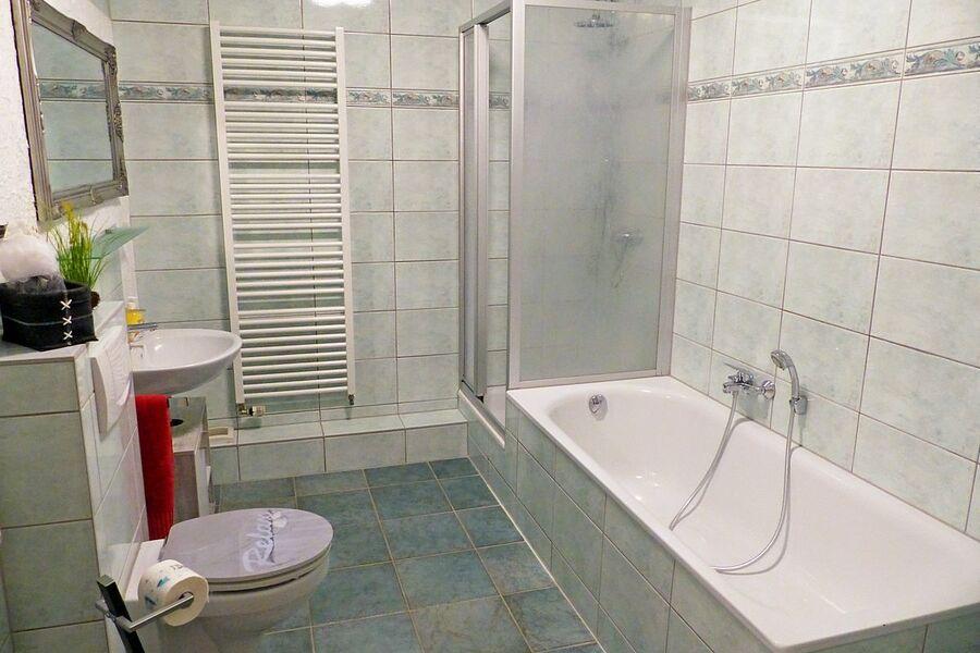 Blick ins Bad mit Dusche und Wanne