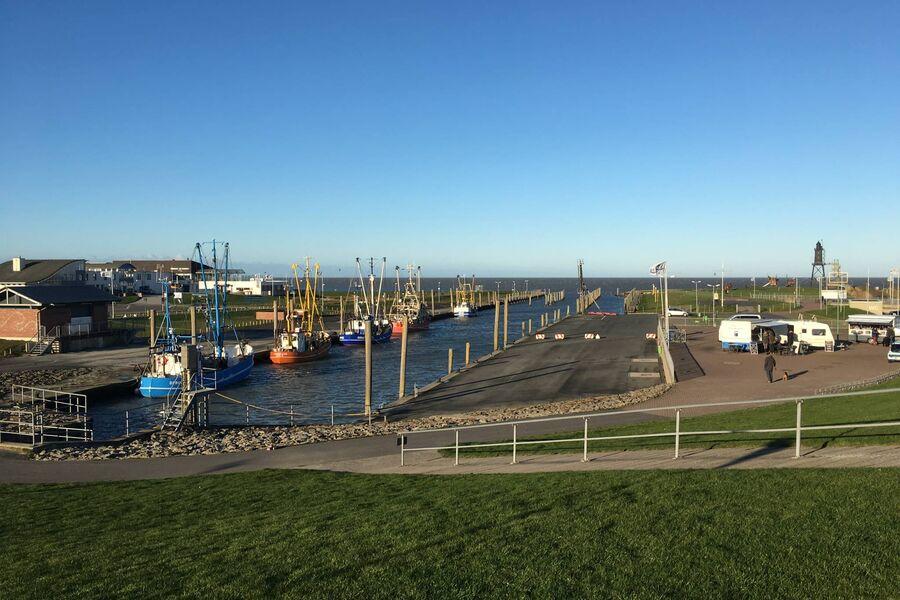 Blick vom Deich mit Kutterhafen