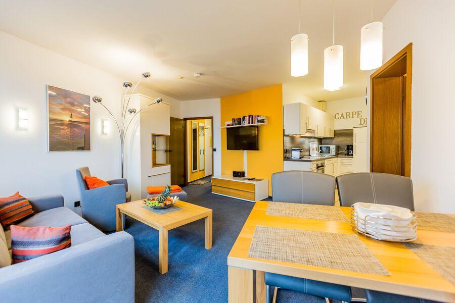 Wohnzimer mit moderner Einbauküche