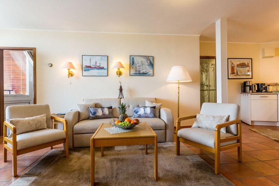 Wohnzimmer mit hochmoderner Einbauküche