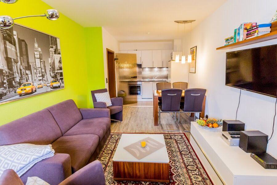 Wohnzimmer mit Flachbild - TV