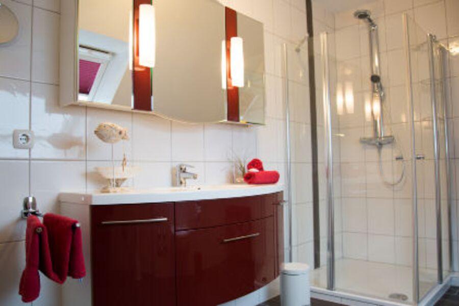Bad mit Fußbodenheizung u. gr. Dusche