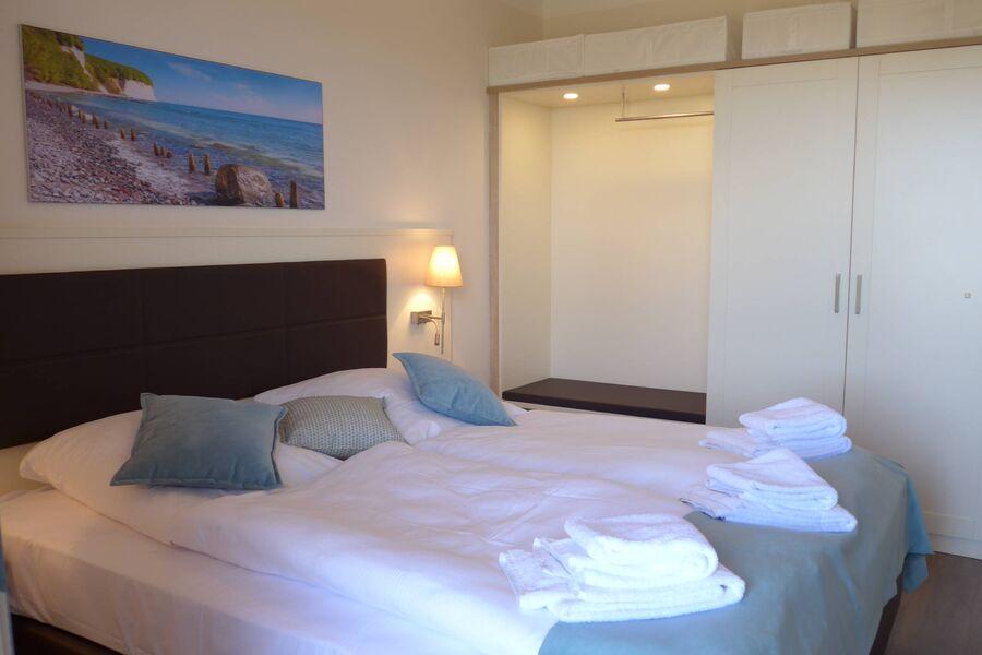 Schlafzimmer mit großem Stauraum