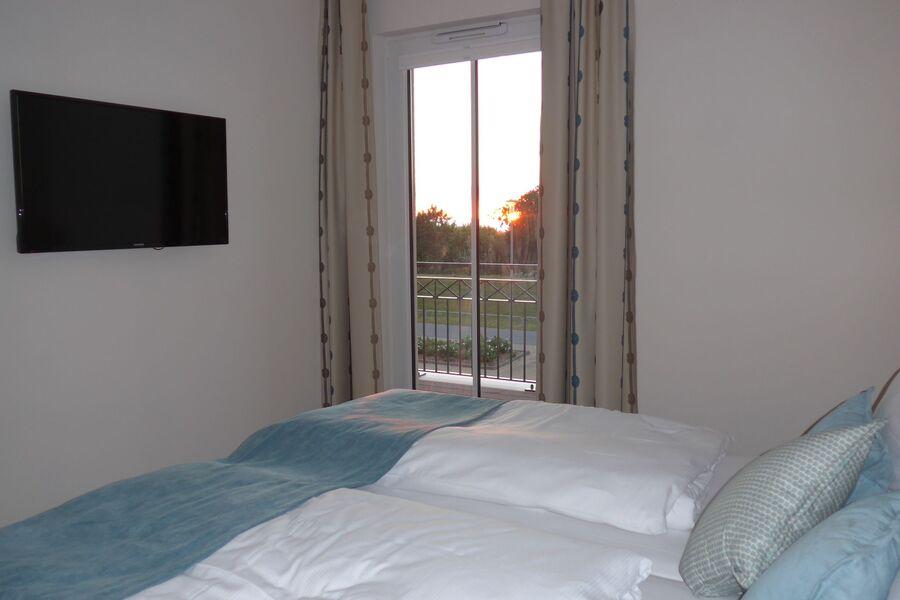 Schlafzimmer mit TV und Meerblick