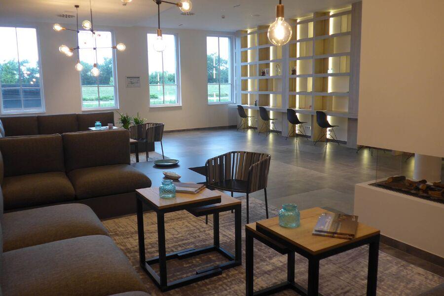 Lobby mit Kamin und Bücherei