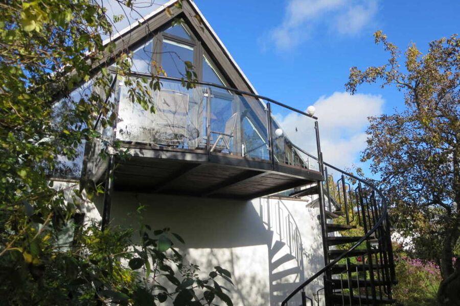 Zugang über breite Wendeltreppe mit Balkon