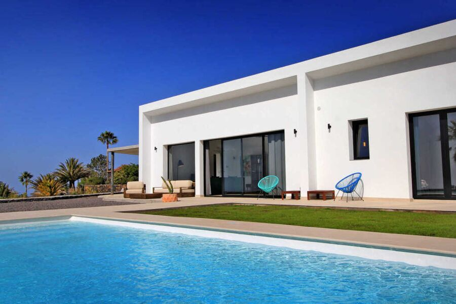 Ansicht Designervilla mit Pool