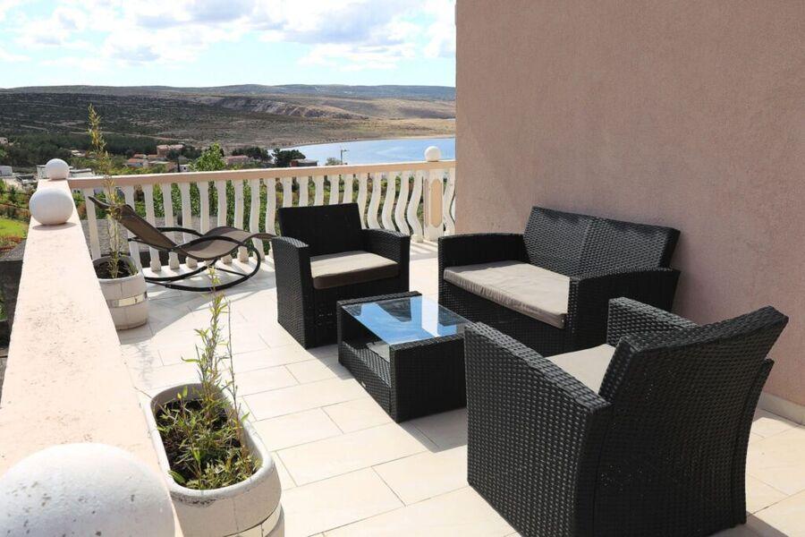 möblierter balkon mit blick auf die blaue adria