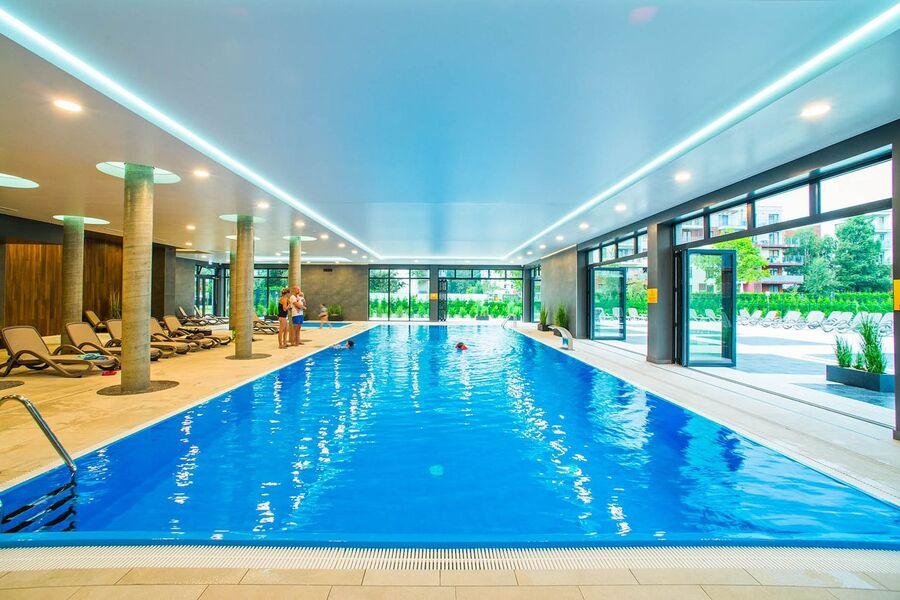 Schwimmbad mit Zugang zur Sonnenterrasse