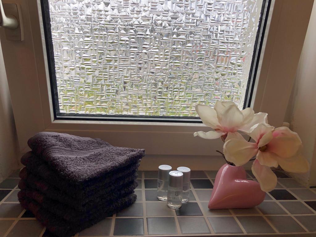 Das Badfenster sorgt für Licht im Bad