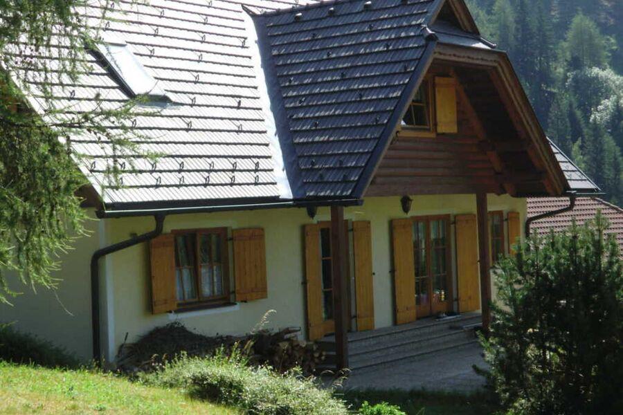 Westansicht mit Terrasse und Liegewiese und unverb