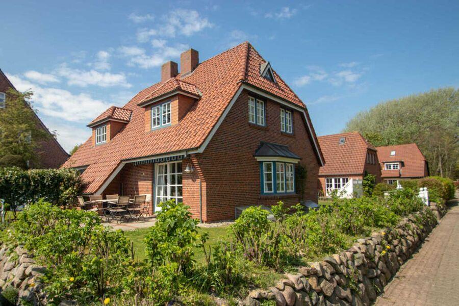 Das Hausteil verfügt über eine Terrasse mit Garten